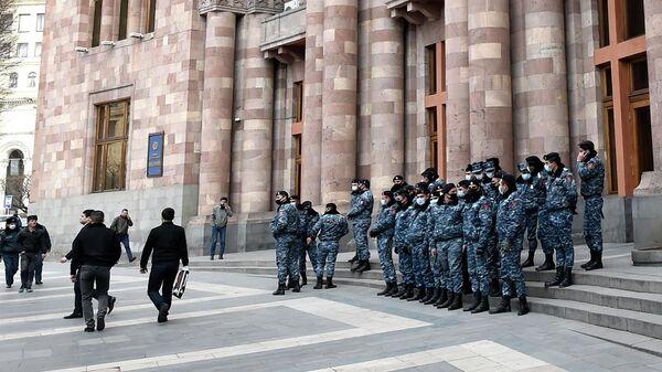 Сотрудники полиции возле Дома правительства в Ереване