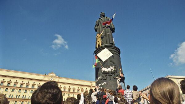 У памятника Феликсу Дзержинскому на Лубянской площади. 22 августа 1991 года