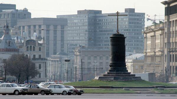 Деревянный крест, установленный на месте памятника Ф.Э.Дзержинскому на Лубянской площади
