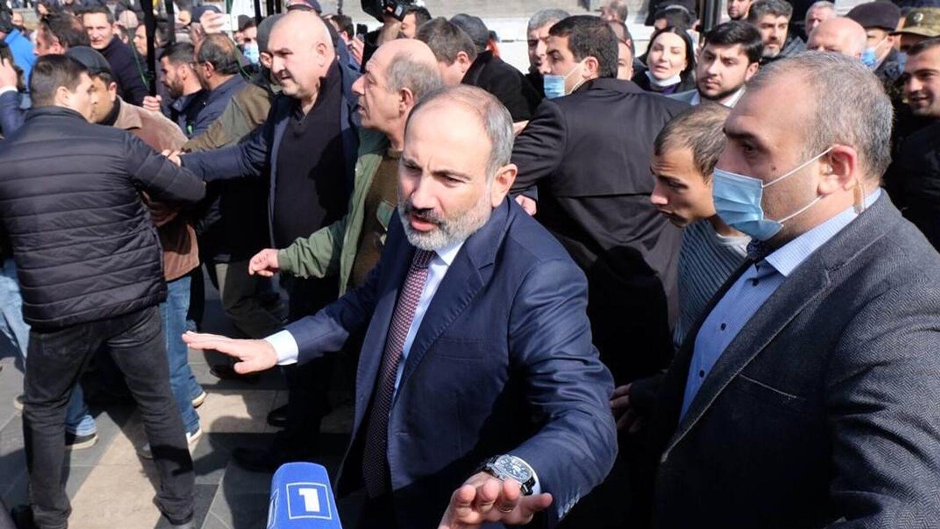 Премьер-министр Армении Никол Пашинян на улице в центре Еревана - РИА Новости, 1920, 25.02.2021
