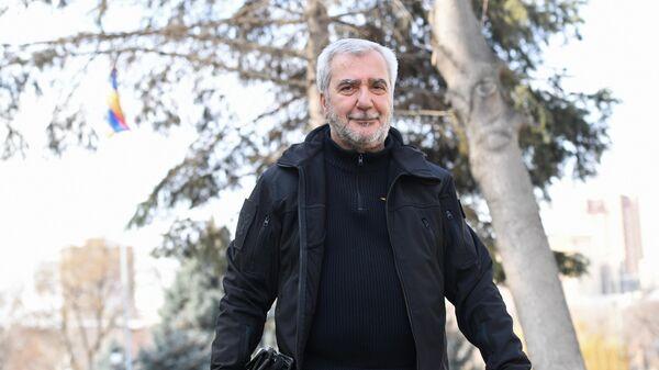 Председатель постоянной комиссии Национального собрания Армении по обороне и безопасности Андраник Кочарян возле здания парламента в Ереване