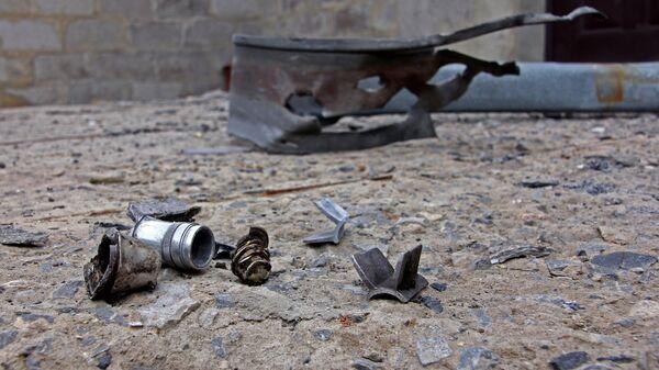 Найденные осколки снарядов, разорвавшихся возле дома в поселке Оленовка в Донецкой области