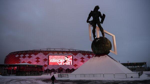Световой щит на стадионе Открытие Арена с приветствием футболиста Куинси Промеса