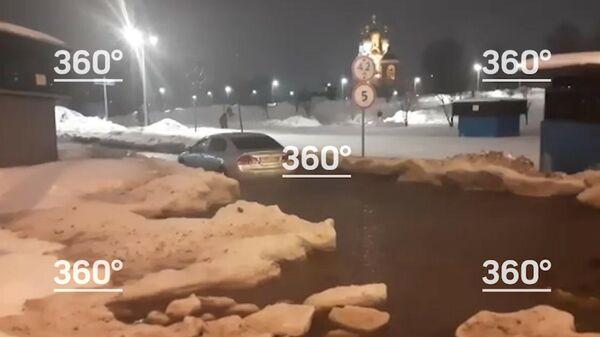 Кадр видеозаписи с застрявшим в Москве автомобилем