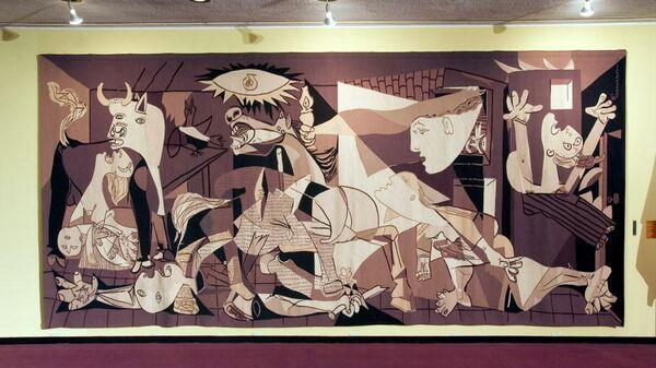 Гобелен по мотивам картины Пабло Пикассо Герника, выставленный перед залом Совета Безопасности в штаб-квартире ООН