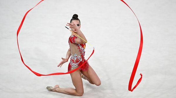 Дина Аверина (Россия) выполняет упражнения с лентой в индивидуальной программе многоборья в финале Гран-при Москва 2021 по художественной гимнастике