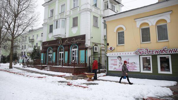 Прохожие на улице Ленина в городе Керчь