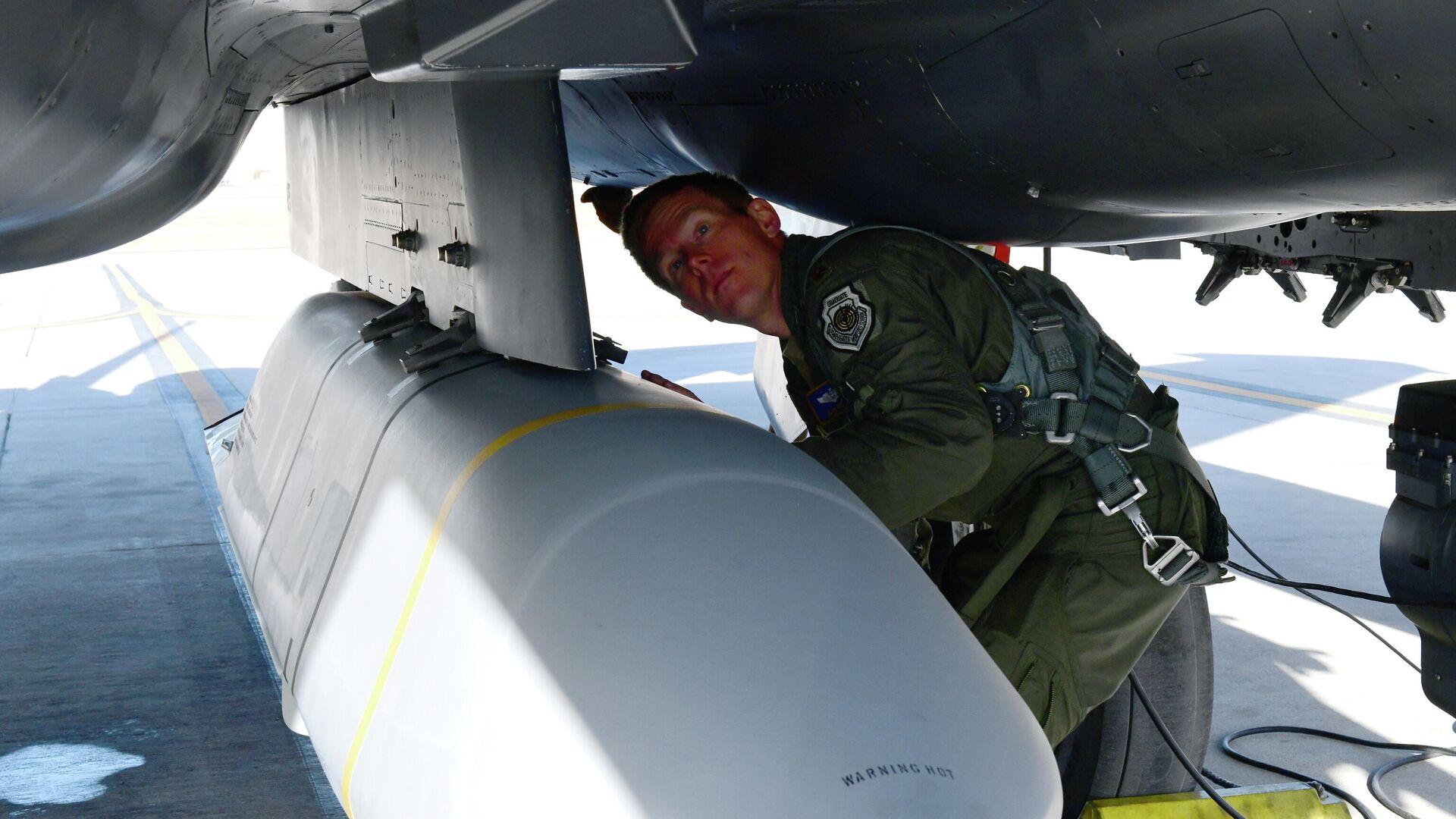 Ракета AGM-158B JASSM-ER, установленная на истребителе F-15E ВВС США - РИА Новости, 1920, 23.03.2021