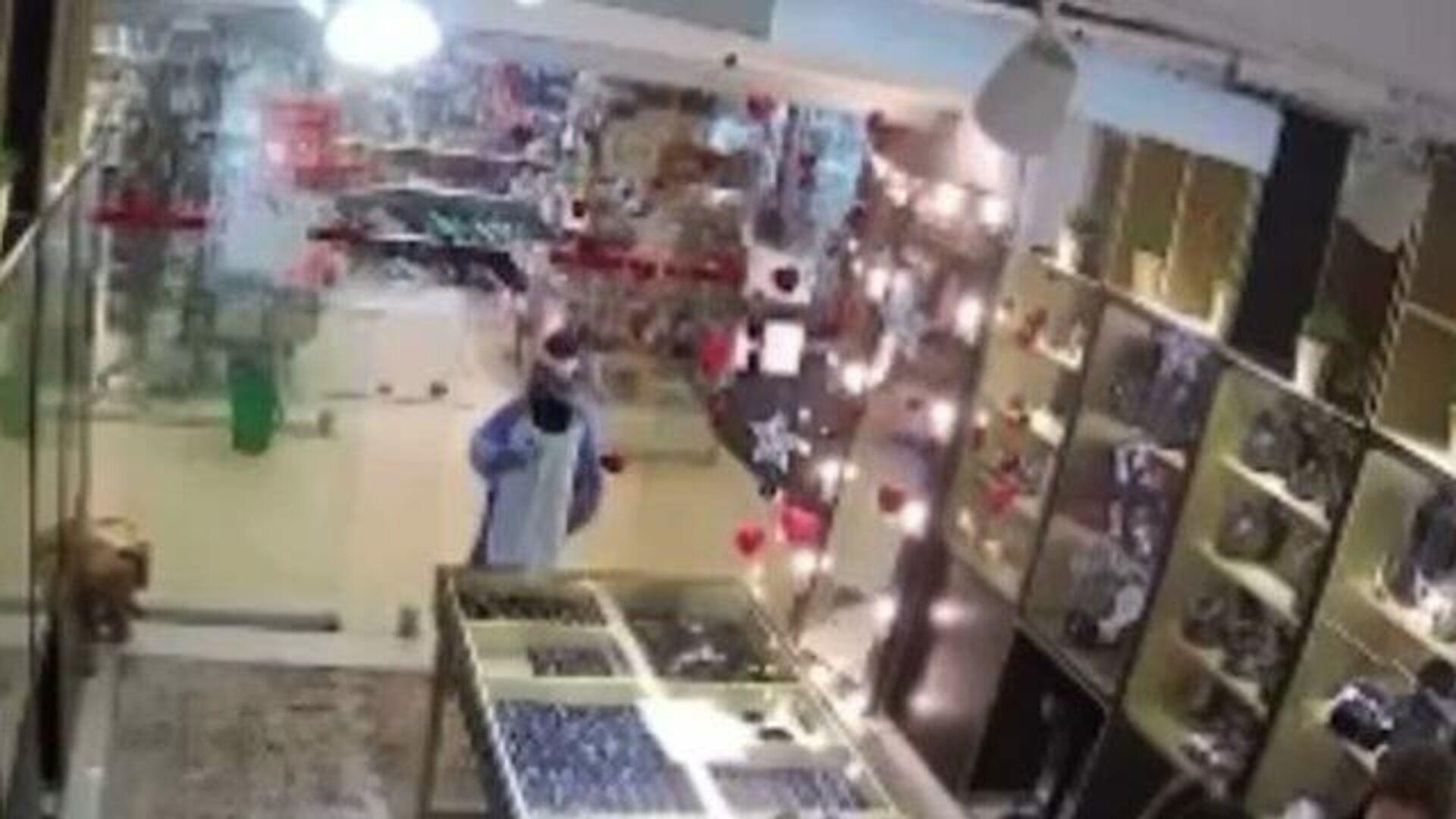 Дети в кигуруми напали на ювелирный магазин. Кадры камеры наблюдения - РИА Новости, 1920, 27.02.2021