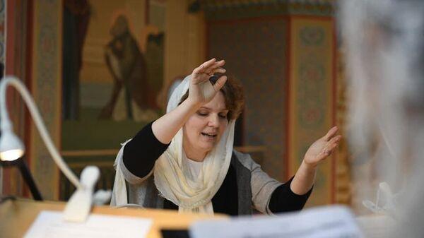 Матушка дирижирует церковным хором