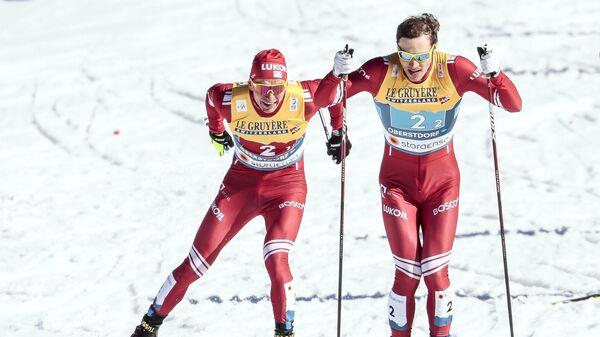 Слева направо: Александр Большунов и Глеб Ретивых (Россия) на дистанции командного спринта в финале во время соревнований по лыжным гонкам среди мужчин на чемпионате мира-2021 по лыжным видам спорта в немецком Оберстдорфе.