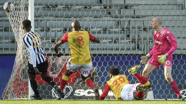 Lens' French forward Arnaud Kalimuendo heads the ball and scores a goal during the French L1 football match between Angers (Angers SCO) and Lens (RC Lens) at the Raymond Kopa Stadium in Angers, western France on February 28, 2021. (Photo by Sebastien SALOM-GOMIS / AFP)
