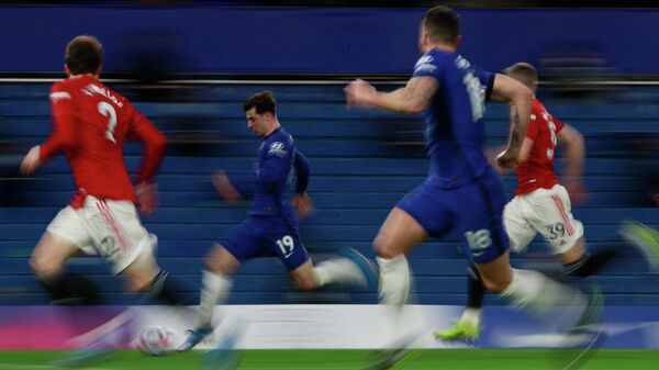 Chelsea's English midfielder Mason Mount (C) runs with the ball during the English Premier League football match between Chelsea and Manchester United at Stamford Bridge in London on February 28, 2021. (Photo by Ian Walton / POOL / AFP) / RESTRICTED TO EDITORIAL USE. No use with unauthorized audio, video, data, fixture lists, club/league logos or 'live' services. Online in-match use limited to 120 images. An additional 40 images may be used in extra time. No video emulation. Social media in-match use limited to 120 images. An additional 40 images may be used in extra time. No use in betting publications, games or single club/league/player publications. /