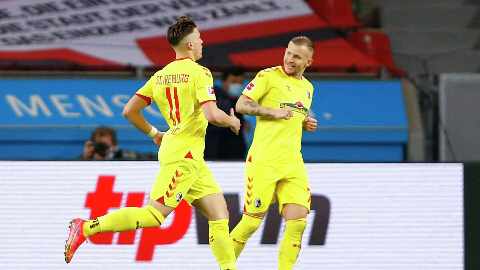 SC Freiburg's Ermedin Demirovic (L) celebrates scoring their first goal with Jonathan Schmid (R) during the German first division Bundesliga football match between Bayer 04 Leverkusen and FC Freiburg in Leverkusen, western Germany, on February 28, 2021. (Photo by THILO SCHMUELGEN / POOL / AFP) / DFL REGULATIONS PROHIBIT ANY USE OF PHOTOGRAPHS AS IMAGE SEQUENCES AND/OR QUASI-VIDEO - РИА Новости, 1920, 28.02.2021