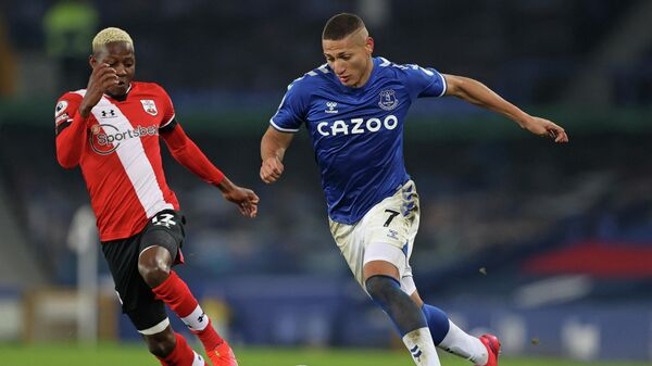 Southampton's Malian midfielder Moussa Djenepo (L) vies with Everton's Brazilian striker Richarlison (R) during the English Premier League football match between Everton and Southampton at Goodison Park in Liverpool, north west England on March 1, 2021. (Photo by Clive Brunskill / POOL / AFP) / RESTRICTED TO EDITORIAL USE. No use with unauthorized audio, video, data, fixture lists, club/league logos or 'live' services. Online in-match use limited to 120 images. An additional 40 images may be used in extra time. No video emulation. Social media in-match use limited to 120 images. An additional 40 images may be used in extra time. No use in betting publications, games or single club/league/player publications. /