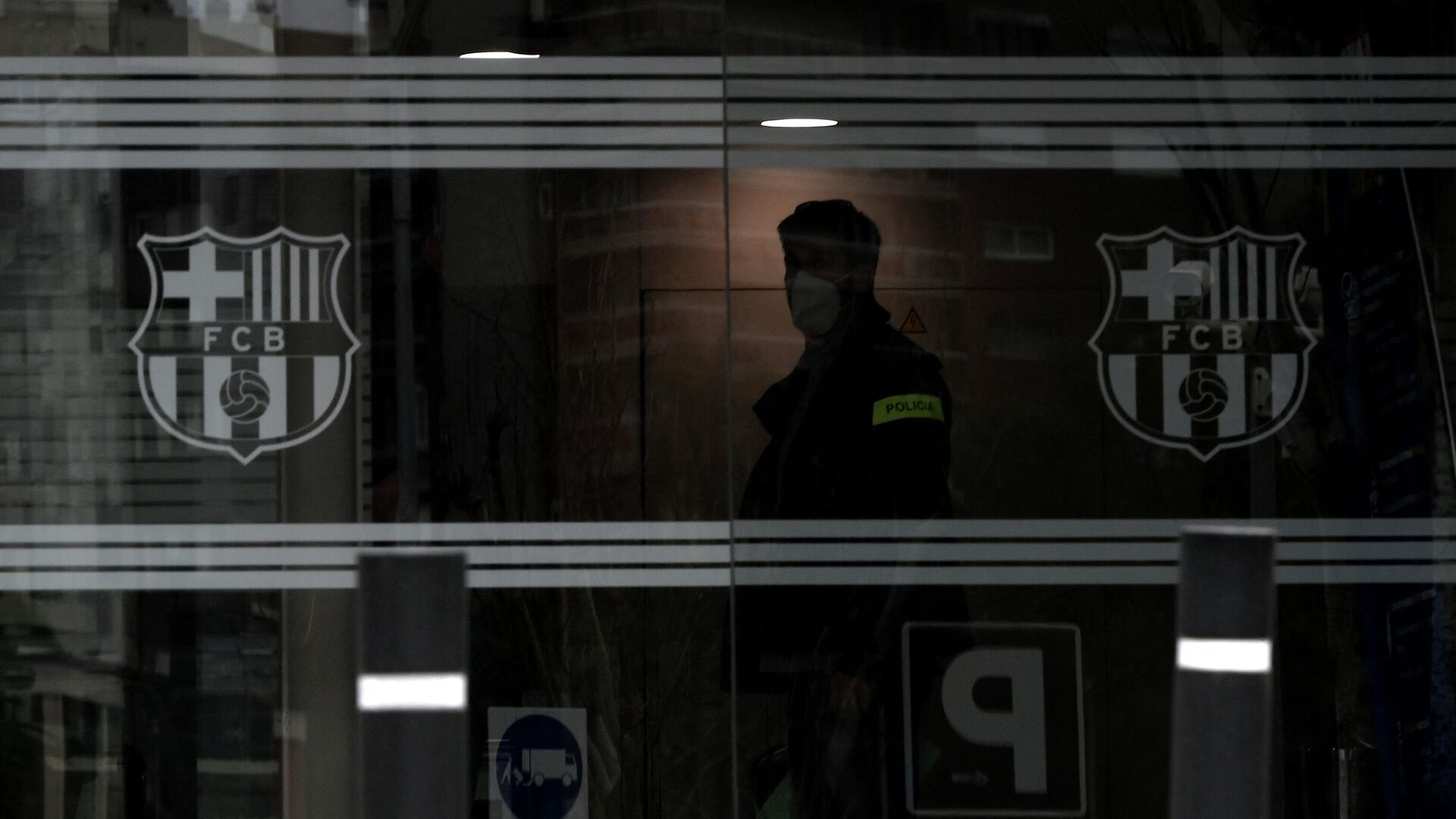 A policeman stands in the offices of the Barcelona Football Club on March 01, 2021 in Barcelona during a police operation inside the building. - Police raided the offices of FC Barcelona on March 01, 2021, carrying out several arrests just six days ahead of the club's presidential elections, a Catalan regional police spokesman told AFP. Spain's Cadena Ser radio said one of those arrested was former club president Josep Maria Bartomeu, who resigned in October, along with CEO Oscar Grau and the club's head of legal services. (Photo by LLUIS GENE / AFP) - РИА Новости, 1920, 02.03.2021