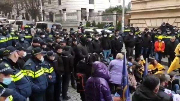 Мирный пикет оппозиции у парламента Грузии