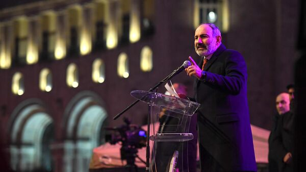 Премьер-министр Армении Никол Пашинян выступает перед своими сторонниками в Ереване