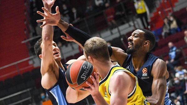 Игровой момент в матче 27-го тура регулярного чемпионата мужской баскетбольной Евролиги сезона 2020/2021 между БК Зенит (Санкт-Петербург, Россия) и БК Альба (Берлин, Германия).