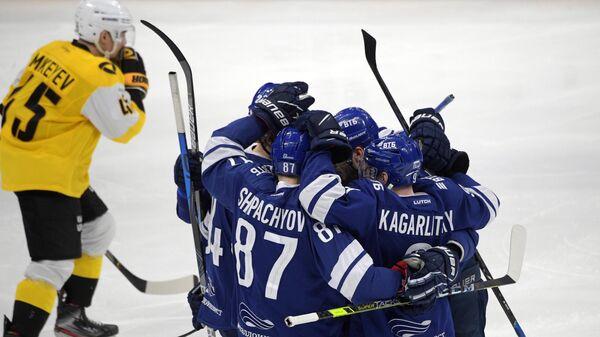 Игроки Динамо радуются заброшенной шайбе в матче 1/4 финала Западной конференции плей-офф Кубка Гагарина Континентальной хоккейной лиги между ХК Динамо (Москва) и ХК Северсталь (Череповец).