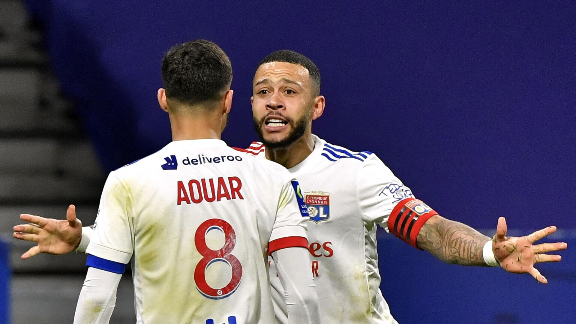 Lyon's French midfielder Houssem Aouar (L) celebrates with Lyon's Dutch forward Memphis Depay after scoring during the French L1 football match between Olympique Lyonnais and Stade Rennais Football Club at the Groupama Stadium in Decines-Charpieu, near Lyon, central-eastern France on March 3, 2021. (Photo by PHILIPPE DESMAZES / AFP) - РИА Новости, 1920, 03.03.2021