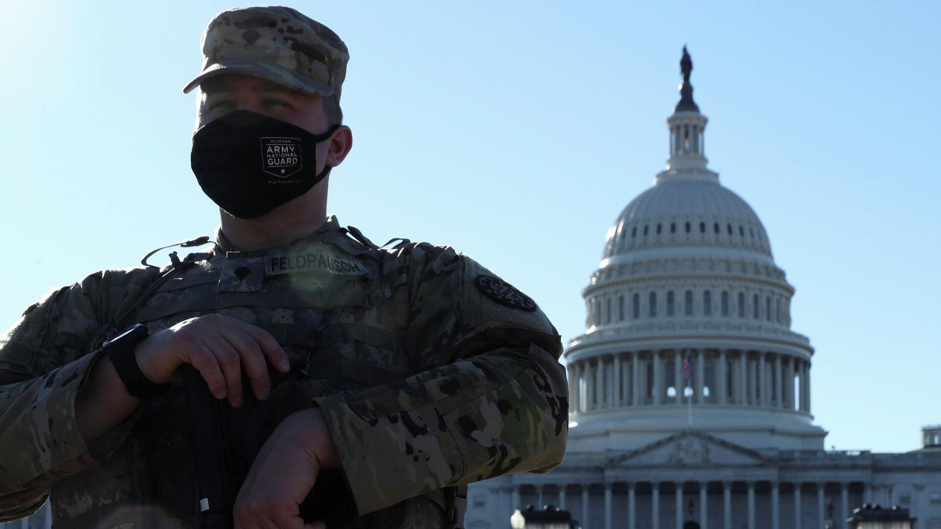 Сотрудники Национальной гвардии США у здания Капитолия в Вашингтоне - РИА Новости, 1920, 04.03.2021