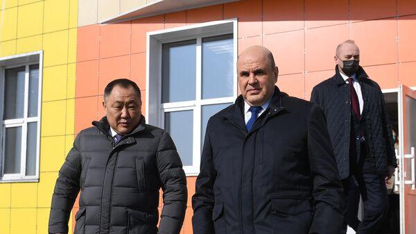 Председатель правительства РФ Михаил Мишустин во время посещения строящейся общеобразовательной школы в Кызыле