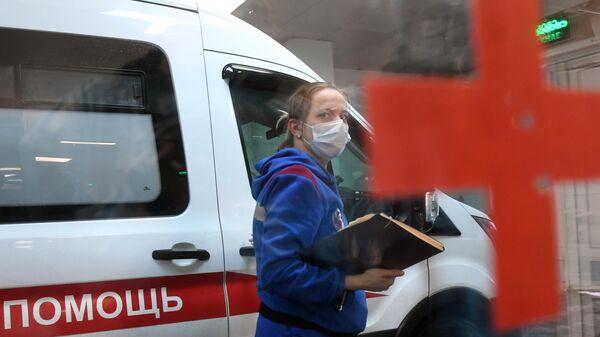 Машина скорой помощи у приемного отделения городской клинической больницы №15 имени О.М. Филатова