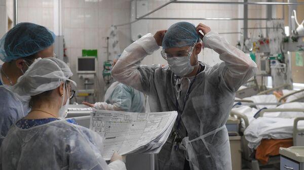 Медицинские работники и пациенты в отделении реанимации и интенсивной терапии