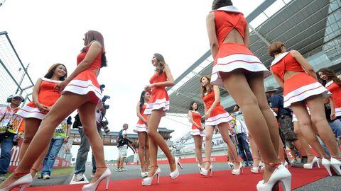 Южнокорейские девушки перед стартом Гран-при Формулы-1 в Корее