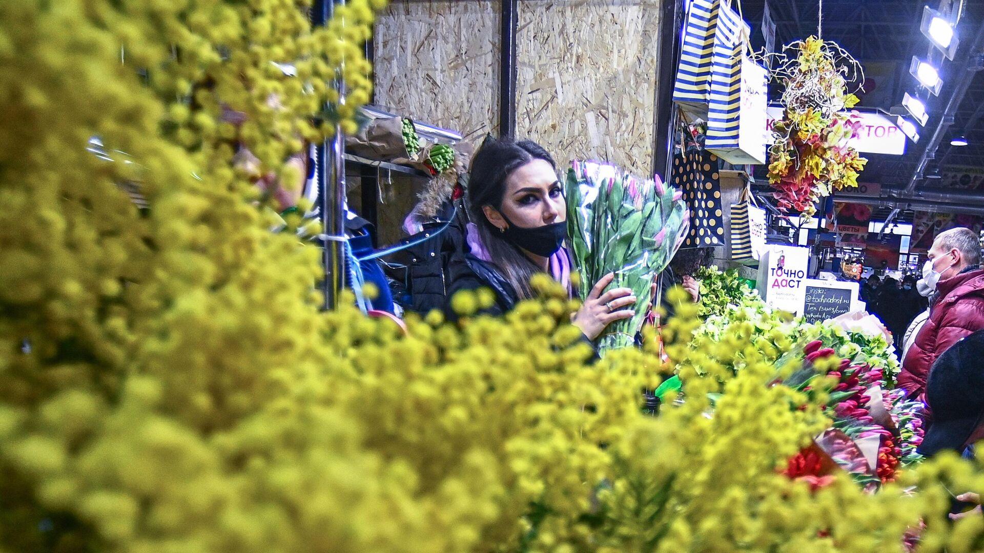Продажа цветов накануне Международного женского дня на Рижском рынке в Москве - РИА Новости, 1920, 08.03.2021