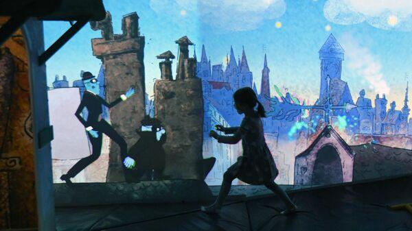 Юная посетительница во время одного из аттракционов мультимедийного парка развлечений СоюзМультПарк