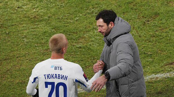 Игрок Динамо Константин Тюкавин и главный тренер клуба Сандро Шварц