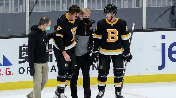 Хоккеист Бостон Брюинз Брэндон Карло (второй слева)