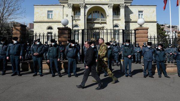 Сотрудники правоохранительных органов во время митинга в поддержку Генерального штаба в его конфликте с премьер-министром Николом Пашиняном на проспекте Баграмяна в Ереване, Армения