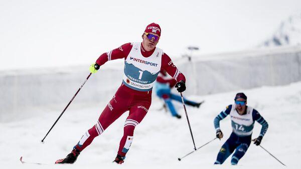 Александр Большунов (Россия) на дистанции масс-старта среди мужчин на чемпионате мира-2021