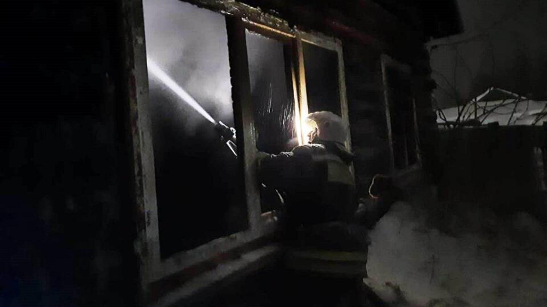 Последствия пожара, произошедшего в жилом доме, расположенном в селе Большие Уки Омской области - РИА Новости, 1920, 09.03.2021