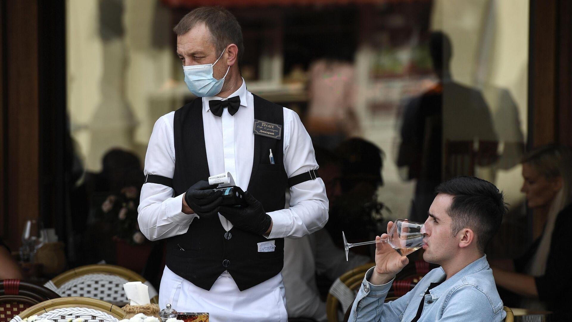 Официант и посетитель в кафе  - РИА Новости, 1920, 01.04.2021