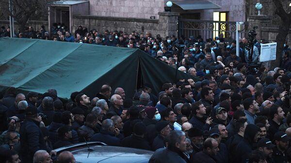 Участники митинга оппозиции на проспекте Баграмяна в Ереване