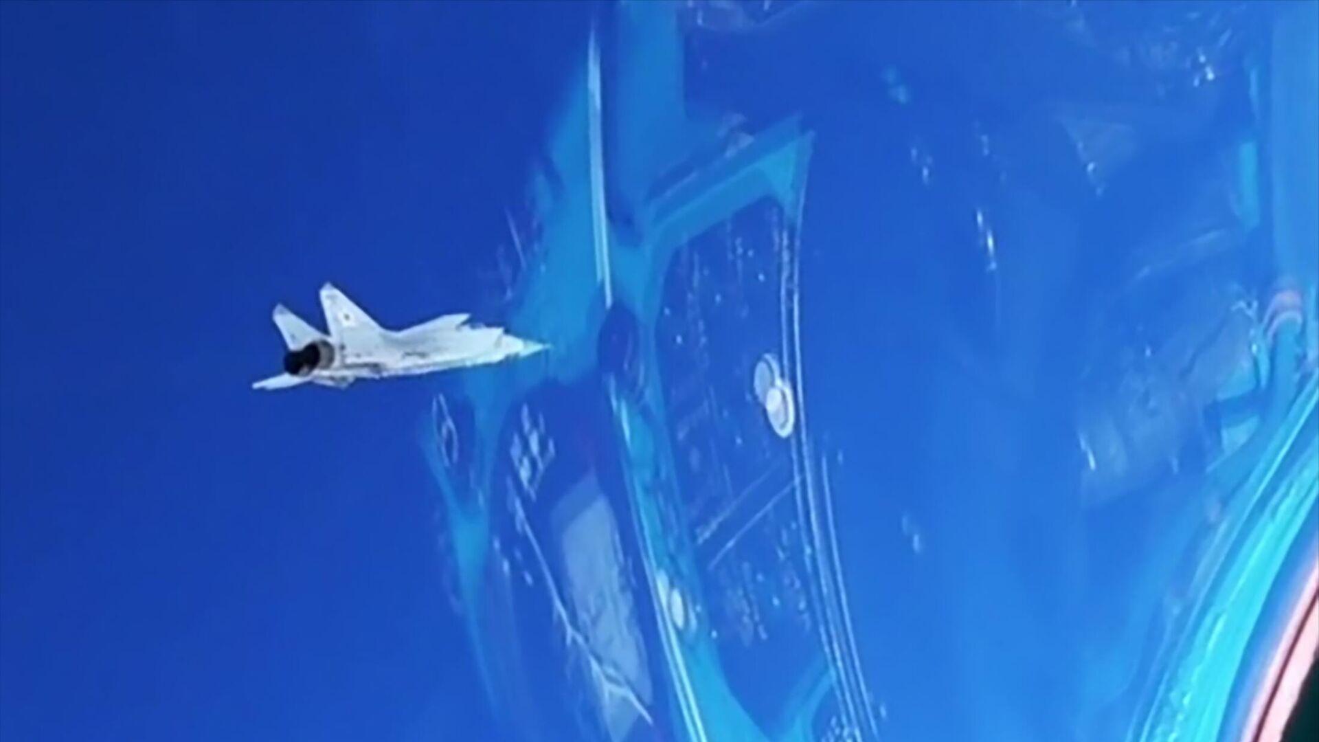 Истребитель МиГ-31 во время перехвата самолета-нарушителя противника, пытавшегося прорваться в воздушное пространство страны на большой высоте и сверхзвуке, в рамках учений в Арктике - РИА Новости, 1920, 28.07.2021