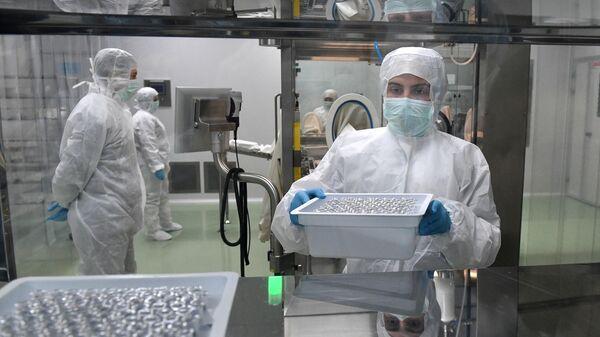Сотрудники на линии розлива инъекционных препаратов шприц-доза вакцины ЭпиВакКорона для профилактики COVID-19 на предприятии Вектор-БиАльгам в Новосибирске
