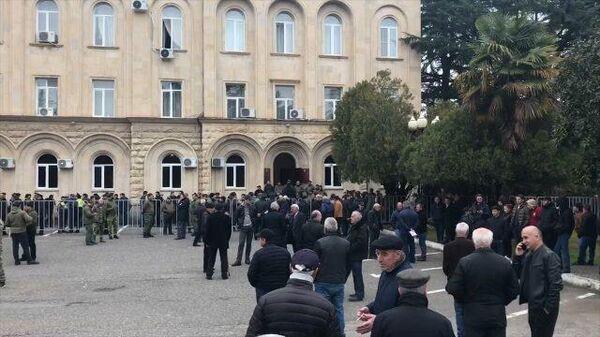 Сторонники президента Бжании вышли к комплексу правительственных зданий в Сухуме