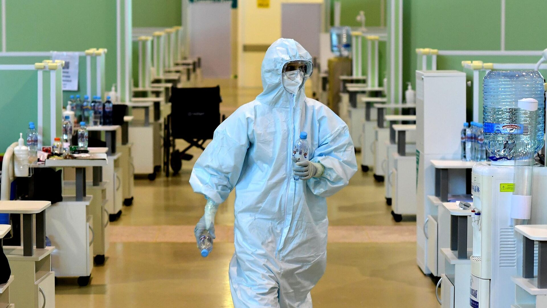 Медицинский работник во временном госпитале COVID-19 на ВДНХ в Москве - РИА Новости, 1920, 11.06.2021