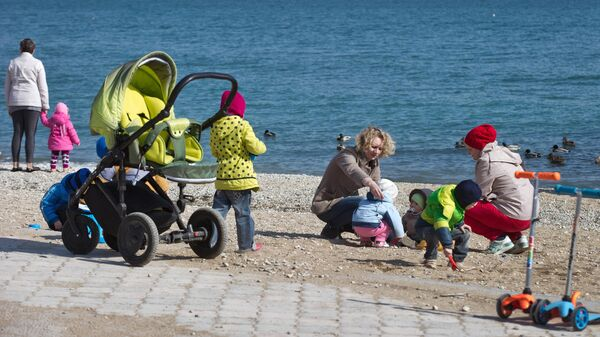 Женщины с детьми на набережной в Феодосии