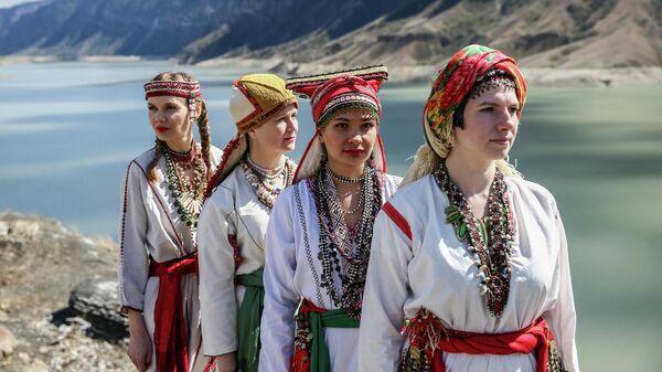 Участницы группы Oyme в традиционных костюмах