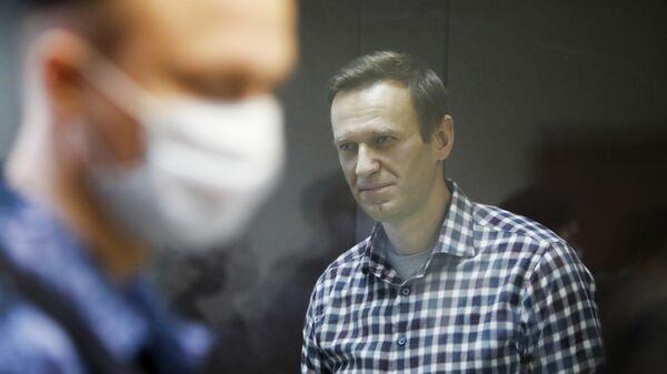 Блогер Алексей Навальный на заседании суда в Москве
