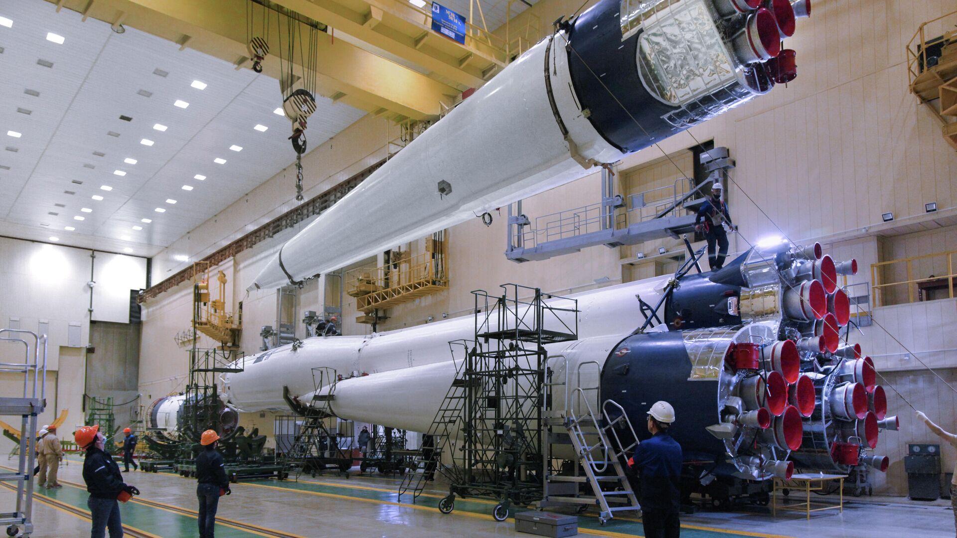 Ракета-носитель Союз-2 в бело-синей гамме  - РИА Новости, 1920, 07.06.2021