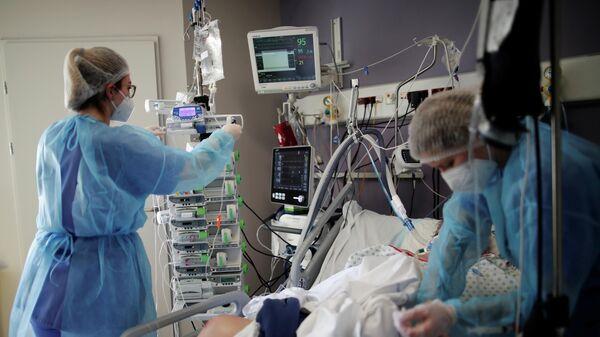Медицинские работники в отделении интенсивной терапии для пациентов с коронавирусом (COVID-19) больницы Мелун-Сенарт, недалеко от Парижа, Франция