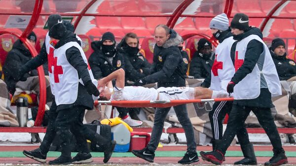 Медицинская бригада уносит с поля защитника ЦСКА Марио Фернандеса