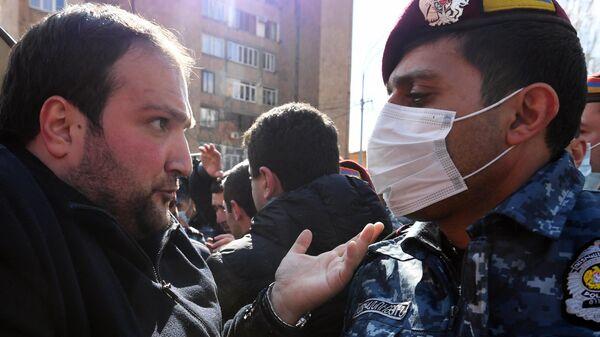 Сторонники оппозиции и сотрудники полиции возле здания администрации президента Армении в Ереване